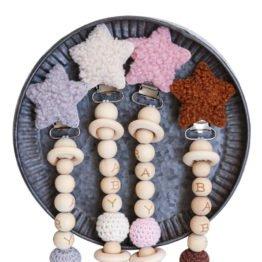 Prendedor de chupeta em madeira e tricô estrela