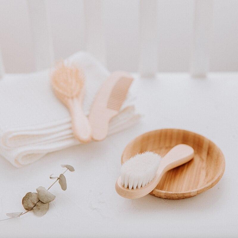 Escovinhas e pente em madeira